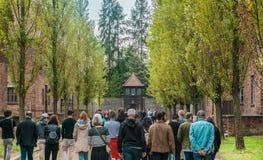 Oswiencim, Polônia - 21 de setembro de 2019: Uma excursão guiada para tomar aos visitantes o trought as construções e as ruas do  foto de stock