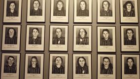 OSWIENCIM POLEN - JANUARI, 14, 2017 stående av Auschwitz Birkenau offer Tysk nazistkoncentration och Royaltyfria Bilder