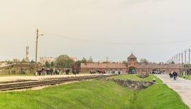 Oswiencim Polen - September 21, 2019: Järnväg leda till den huvudsakliga ingången av den Auschwitz Birkenau koncentrationsläger fotografering för bildbyråer
