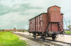 Oswiencim, Polen - 21. September 2019: Verlassener Zuglastwagen im Schieneneingang zum Konzentrationslager in Auschwitz lizenzfreie stockfotos