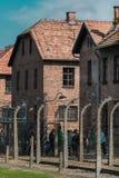 Oswiencim, Polonia - 21 settembre 2019: Trought andante dei turisti il portone del campo di concentramento nazi di Auschwitz immagini stock libere da diritti