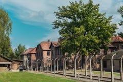 Oswiencim, Polonia - 21 settembre 2019: Trought andante dei turisti il portone del campo di concentramento nazi di Auschwitz fotografia stock libera da diritti