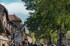 Oswiencim, Polonia - 21 settembre 2019: Trought andante dei turisti il portone del campo di concentramento nazi di Auschwitz immagine stock libera da diritti