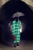 Osynlig man med tappningparaplyet royaltyfri fotografi