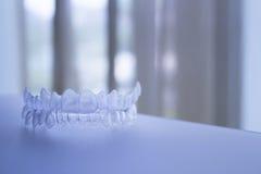 Osynlig tand- hänglsen för plast- för tandkonsoltand Arkivbilder