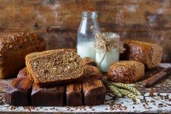 Osyrat organiskt bröd för helt korn med råg, havre och linfrö Royaltyfri Bild