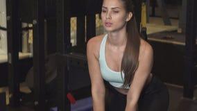 Oszałamiająco żeńska crossfit atleta ćwiczy z czajnika dzwonem przy gym zbiory wideo