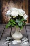 Oszałamiająco białe róże w ceramicznej wazie. Zdjęcie Stock