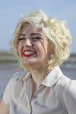 Oszałamiająco blondynki z włosami nastoletnia dziewczyna przy plażą Fotografia Royalty Free
