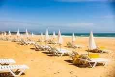 Oszałamiająco denny oceanu krajobraz z sunbeds i parasolami w Portimao, Portugalia Algarve region obrazy stock