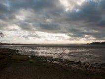 Oszałamiająco dramatyczny obłoczny niebo nad ujście oceanu jeziornym rzecznym coastl fotografia stock
