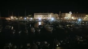 Oszałamiająco filmowej 4k nocy trutnia powietrzny materiał filmowy, żagiel łodzi schronienie, miasteczko przybrzeżne zbiory