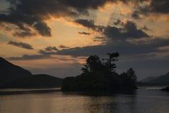 Oszałamiająco góry i jeziora wschodu słońca odbić piękny landsca fotografia stock