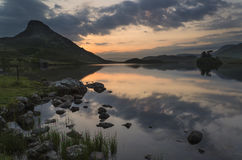 Oszałamiająco góry i jeziora wschodu słońca odbić piękny landsca zdjęcia royalty free