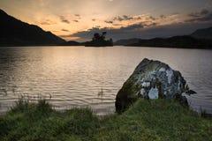 Oszałamiająco góry i jeziora wschodu słońca odbić piękny landsca zdjęcie stock
