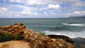 Oszałamiająco jaskrawi panoramiczni widoki Cretan morze od miasta Chania, z częścią rujnować stare ściany w przedpolu Zdjęcie Royalty Free