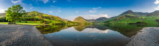 Oszałamiająco jeziorna panorama w Gromadzkim jeziorze przy półmrokiem, Anglia Zdjęcie Stock