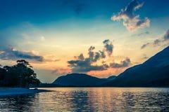 Oszałamiająco kolorowy półmrok przy jeziorem w Gromadzkim jeziorze, Zjednoczone Królestwo zdjęcie stock