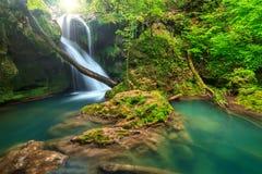 Oszałamiająco krajobraz w głębokim lesie z zadziwiającą siklawą, Rumunia Zdjęcia Stock