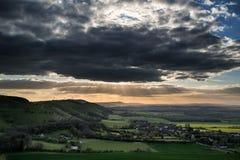 Oszałamiająco lato zmierzch przez wieś krajobraz z dramati fotografia stock