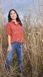Oszałamiająco młoda Azjatycka kobieta w polu wysoka trawa Zdjęcia Royalty Free
