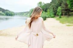 Oszałamiająco młoda kobieta w biel sukni plenerowej Obraz Royalty Free