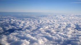 Oszałamiająco materiał filmowy widok z lotu ptaka nad chmury od samolotu zdjęcie wideo