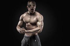 Oszałamiająco mięśniowy mężczyzna pokazuje perfect ramiona, bicepsy, triceps, klatka piersiowa zdjęcie royalty free