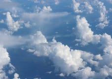 Oszałamiająco niebieskie nieba i ekspresyjny cloudscape chodzenie przez swój powierzchnię zdjęcie stock