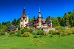Oszałamiająco ornamentacyjny ogród i królewski kasztel, Peles, Sinaia, Transylvania, Rumunia, Europa fotografia stock