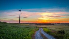 Oszałamiająco półmrok nad śródpolnymi silnikami wiatrowymi, Polska fotografia royalty free