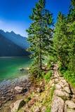 Oszałamiająco półmrok przy stawem w Tatras, Polska zdjęcie stock