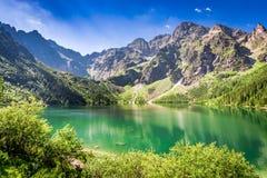 Oszałamiająco półmrok przy stawem w Tatrzańskich górach, Polska obrazy stock
