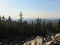 Oszałamiająco panorama Ural góry, widok pasmo górskie, scena kamienie, las, wzgórza i niebo, zdjęcia royalty free