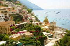 Oszałamiająco panoramiczny widok Positano wioska z morzem śródziemnomorskim na tle, Amalfi wybrzeże, Włochy Zdjęcia Royalty Free