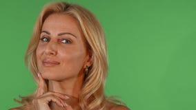 Oszałamiająco pięknej dojrzałej kobiety uśmiechnięty przyglądający zamyślenie kamera zdjęcie wideo