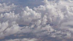 Oszałamiająco piękno unosi się nad pustynnym góra krajobrazem Odgórny widok od samolotu zbiory wideo