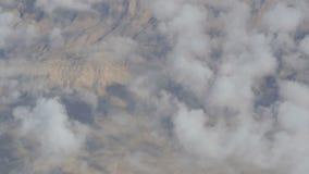 Oszałamiająco piękno unosi się nad pustynnym góra krajobrazem Odgórny widok od samolotu zbiory