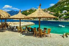 Oszałamiająco plenerowy tropikalny plaża bar, Brela, Dalmatia, Chorwacja, Europa obraz royalty free