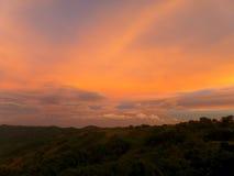 Oszałamiająco pomarańcze i purpury zmierzchu Afterglow nad pasmem górskim Zdjęcia Royalty Free