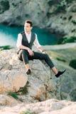Oszałamiająco portret przystojny mężczyzna w górach w popielatym kostiumu obraz royalty free