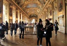 Oszałamiająco scena w jeden wiele pokoje z wycieczkowiczkami podziwia arcydzieła louvre, Paryż, 2016 zdjęcie stock