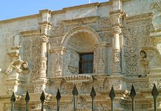 Oszałamiająco Sillar kamienia cyzelowania fasada kościół Świątobliwy Augustine w Arequipa, Dziejowy miejsce w Peru fotografia royalty free