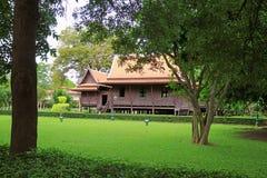Oszałamiająco Tajlandzkiego stylowego tradycyjnego rocznika drewniany dom w Sanam Chan, Tajlandia obraz royalty free