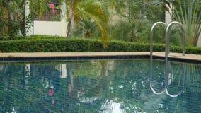 Oszałamiająco tropikalna miejscowość nadmorska z pływackiego basenu tonięciem w greenery i kwiatach Koh Samui zdjęcie royalty free