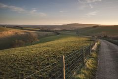 Oszałamiająco wibrujący wschodu słońca krajobrazu wizerunek nad Angielskim countrysid zdjęcie stock
