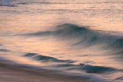 Oszałamiająco wibrujący wschodu słońca krajobrazu wizerunek Porthcurno plaża dalej Obraz Stock