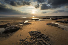 Oszałamiająco wibrujący zmierzchu krajobraz nad Dunraven zatoką w Walia Fotografia Royalty Free