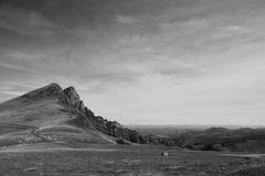 Oszałamiająco widok na halnym szczycie w scenicznym krajobrazie piękne irati góry w czarny i biały Obraz Stock