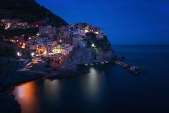 Oszałamiająco widok piękna i wygodna wioska Manarola w Cinque Terre parku narodowym przy nocą italy Liguria Fotografia Stock